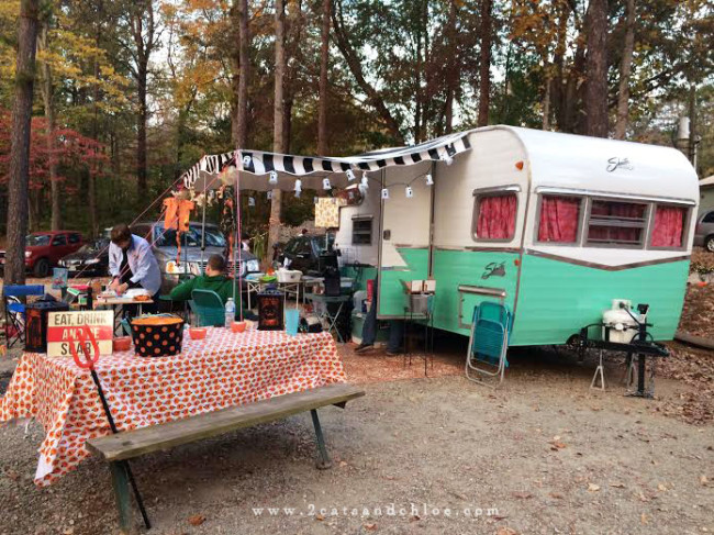 2 cats & chloe: Halloween camping with vintage reissued shasta